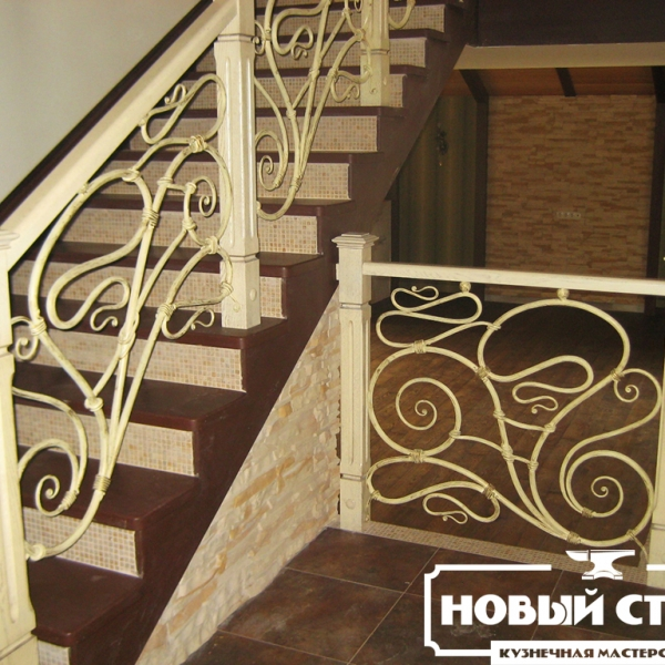 Кованые перила в деревянной лестнице