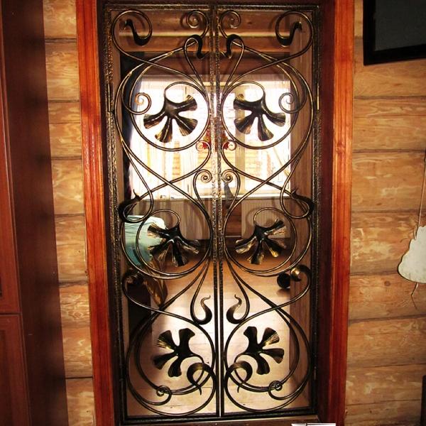 Кованые двери в доме